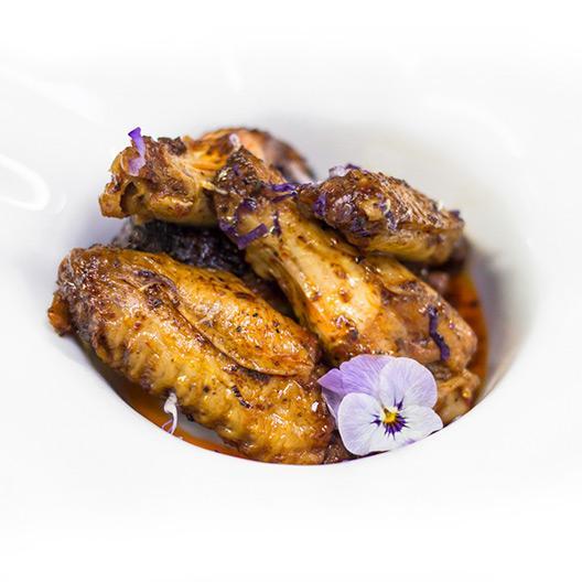 Alitas de pollo con nuestra salsa barbacoa casera