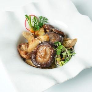 Setas shiitake confitadas con alcachofas confitadas D.O. Tudela y salsa de trufa blanca
