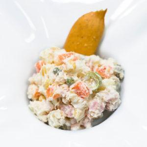 Ensaladilla rusa con verduras cocinadas al vacío, mayonesa y toque de limón